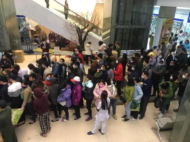 Hàng trăm người dân xếp hàng mua khẩu trang phòng dịch Corona ở chợ thuốc lớn nhất miền Bắc - Ảnh 2.
