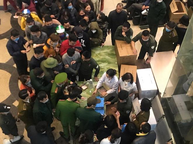 Hàng trăm người dân xếp hàng mua khẩu trang phòng dịch Corona ở chợ thuốc lớn nhất miền Bắc - Ảnh 3.