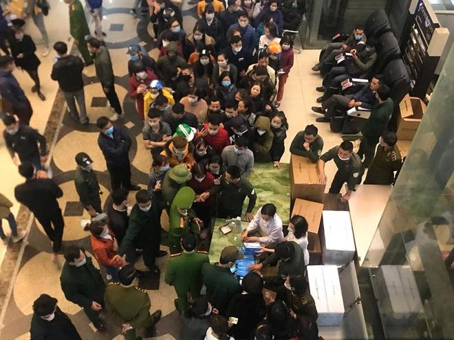 Hàng trăm người dân xếp hàng mua khẩu trang phòng dịch Corona ở chợ thuốc lớn nhất miền Bắc - Ảnh 4.
