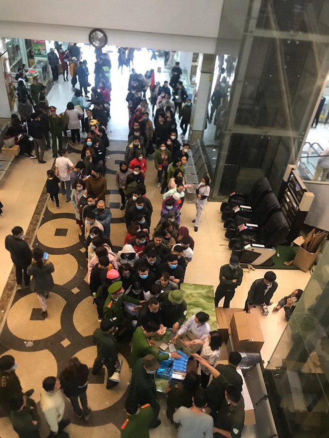 Hàng trăm người dân xếp hàng mua khẩu trang phòng dịch Corona ở chợ thuốc lớn nhất miền Bắc - Ảnh 5.
