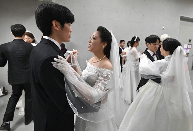 6000 cặp đôi trong đám cưới tập thể ở Hàn Quốc giữa dịch virus corona: Người đeo khẩu trang kín mít, người vẫn bất chấp trao nụ hôn - Ảnh 2.