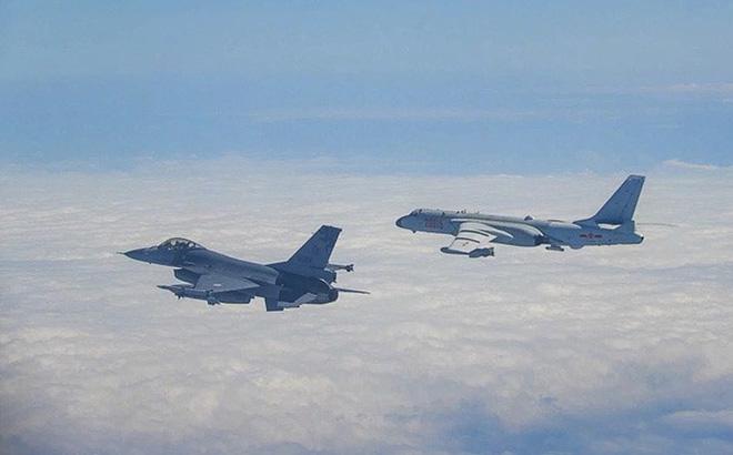 """Tiêm kích không quân Đài Loan cất cánh """"kèm cặp"""" chiến đấu cơ Trung Quốc"""