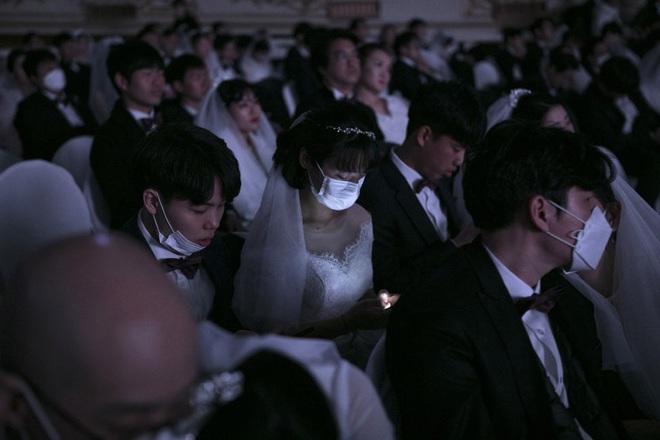 6000 cặp đôi trong đám cưới tập thể ở Hàn Quốc giữa dịch virus corona: Người đeo khẩu trang kín mít, người vẫn bất chấp trao nụ hôn - Ảnh 12.