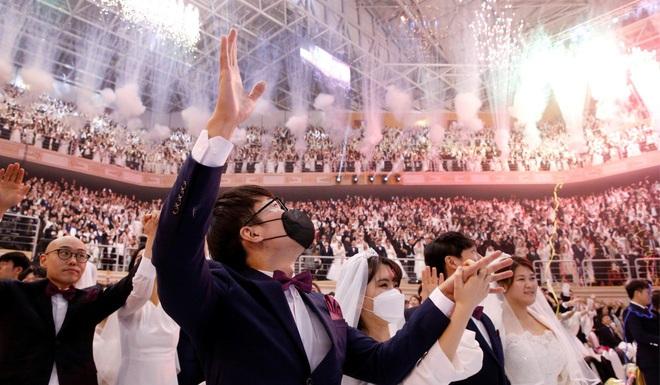 6000 cặp đôi trong đám cưới tập thể ở Hàn Quốc giữa dịch virus corona: Người đeo khẩu trang kín mít, người vẫn bất chấp trao nụ hôn - Ảnh 13.