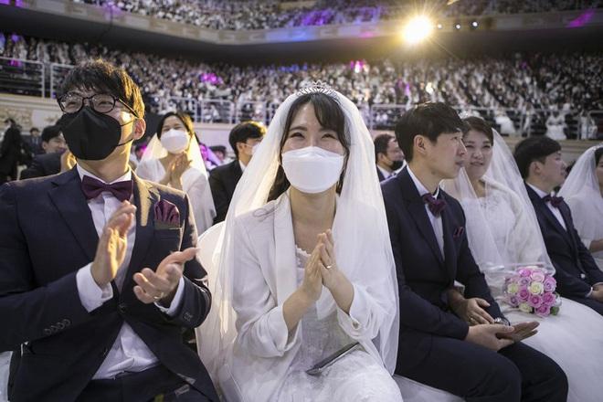 6000 cặp đôi trong đám cưới tập thể ở Hàn Quốc giữa dịch virus corona: Người đeo khẩu trang kín mít, người vẫn bất chấp trao nụ hôn - Ảnh 5.