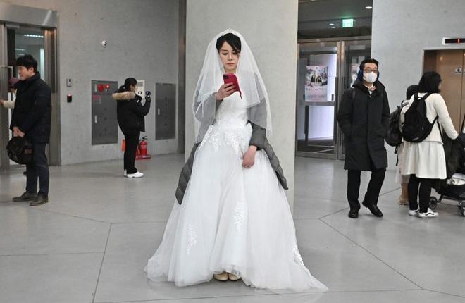 6000 cặp đôi trong đám cưới tập thể ở Hàn Quốc giữa dịch virus corona: Người đeo khẩu trang kín mít, người vẫn bất chấp trao nụ hôn - Ảnh 8.