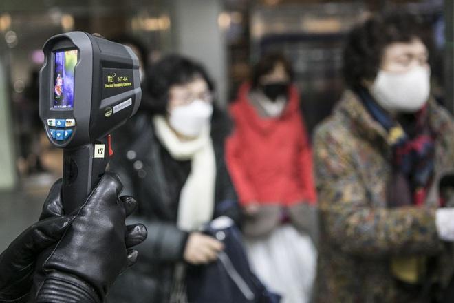 6000 cặp đôi trong đám cưới tập thể ở Hàn Quốc giữa dịch virus corona: Người đeo khẩu trang kín mít, người vẫn bất chấp trao nụ hôn - Ảnh 9.