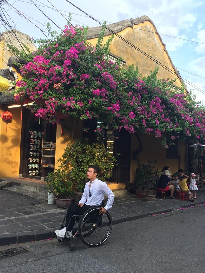 Chàng trai đặc biệt của giới phượt thủ Việt: Bỏ lại bóng tối, bước ra thế giới bên ngoài trên chiếc xe lăn - Ảnh 3.