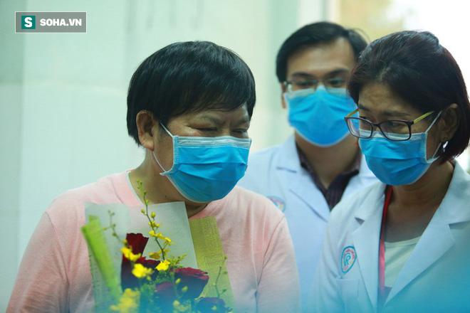 [TIN VUI] Bố con người Trung Quốc khỏi viêm phổi corona cúi đầu, đặt tay lên ngực nói: Cảm ơn Việt Nam - Ảnh 5.