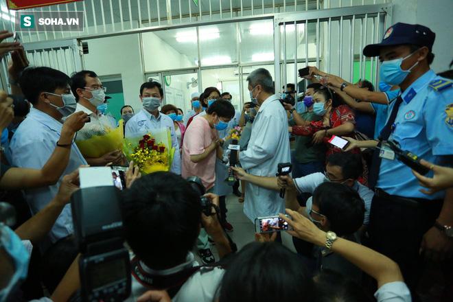 [TIN VUI] Bố con người Trung Quốc khỏi viêm phổi corona cúi đầu, đặt tay lên ngực nói: Cảm ơn Việt Nam - Ảnh 11.