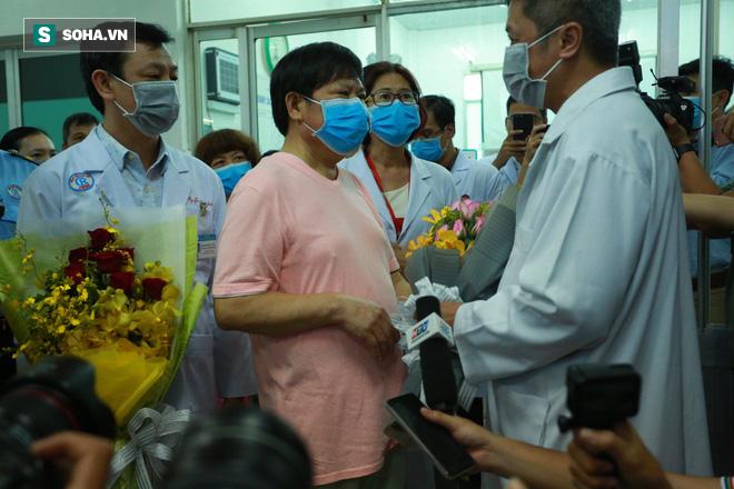[TIN VUI] Bố con người Trung Quốc khỏi viêm phổi corona cúi đầu, đặt tay lên ngực nói: Cảm ơn Việt Nam - Ảnh 12.