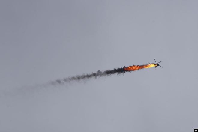24h qua ảnh: Trực thăng quân đội Syria bị bắn cháy trên không - Ảnh 2.