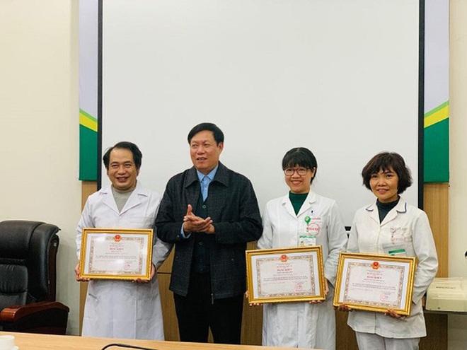 Tặng Bằng khen cho 3 y bác sĩ tham gia đoàn đón 30 công dân từ Vũ Hán về nước - Ảnh 1.