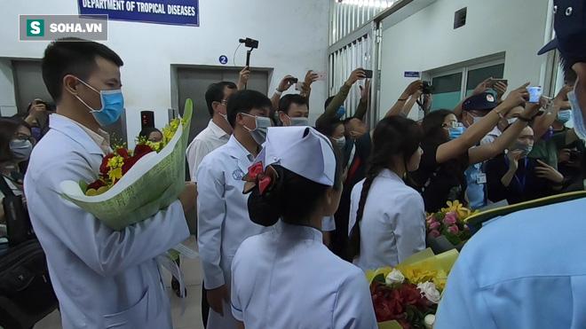 [TIN VUI] Bố con người Trung Quốc khỏi viêm phổi corona cúi đầu, đặt tay lên ngực nói: Cảm ơn Việt Nam - Ảnh 2.