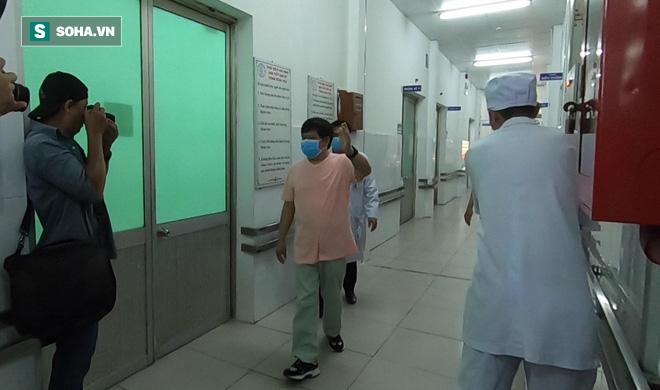 [TIN VUI] Bố con người Trung Quốc khỏi viêm phổi corona cúi đầu, đặt tay lên ngực nói: Cảm ơn Việt Nam - Ảnh 3.