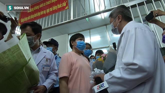 [TIN VUI] Bố con người Trung Quốc khỏi viêm phổi corona cúi đầu, đặt tay lên ngực nói: Cảm ơn Việt Nam - Ảnh 6.