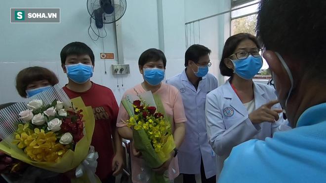 [TIN VUI] Bố con người Trung Quốc khỏi viêm phổi corona cúi đầu, đặt tay lên ngực nói: Cảm ơn Việt Nam - Ảnh 8.