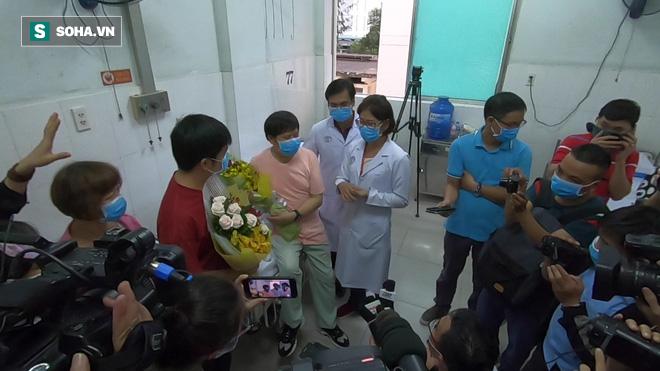 [TIN VUI] Bố con người Trung Quốc khỏi viêm phổi corona cúi đầu, đặt tay lên ngực nói: Cảm ơn Việt Nam - Ảnh 9.