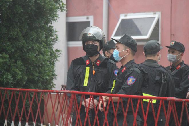 An ninh thắt chặt tại phiên xử vụ Container đâm Innova lùi trên cao tốc làm 5 người chết - Ảnh 4.