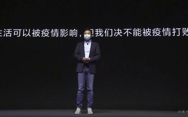 Lôi Quân đeo khẩu trang trên sân khấu ra mắt điện thoại Xiaomi Mi 10