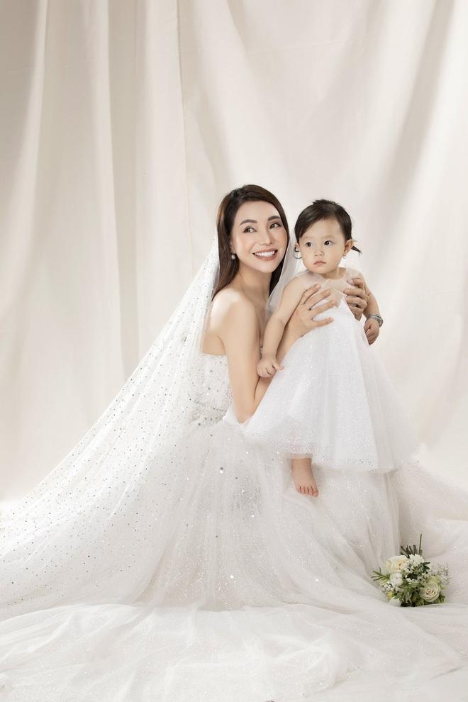 Trà Ngọc Hằng mặc váy cưới gợi cảm, khẳng định chưa có tình yêu mới - Ảnh 2.