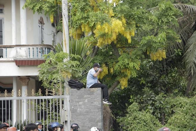 Người dân nghỉ làm, đội nắng tập trung tại hiện trường vụ vây bắt Tuấn khỉ - Ảnh 10.