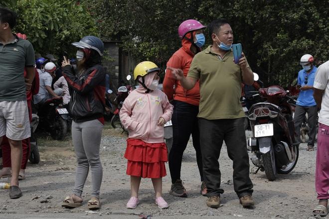 Người dân nghỉ làm, đội nắng tập trung tại hiện trường vụ vây bắt Tuấn khỉ - Ảnh 5.