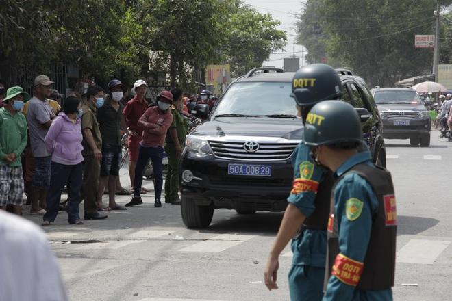 Người dân nghỉ làm, đội nắng tập trung tại hiện trường vụ vây bắt Tuấn khỉ - Ảnh 12.