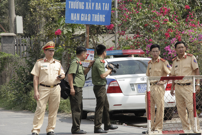 Người dân nghỉ làm, đội nắng tập trung tại hiện trường vụ vây bắt Tuấn khỉ - Ảnh 11.