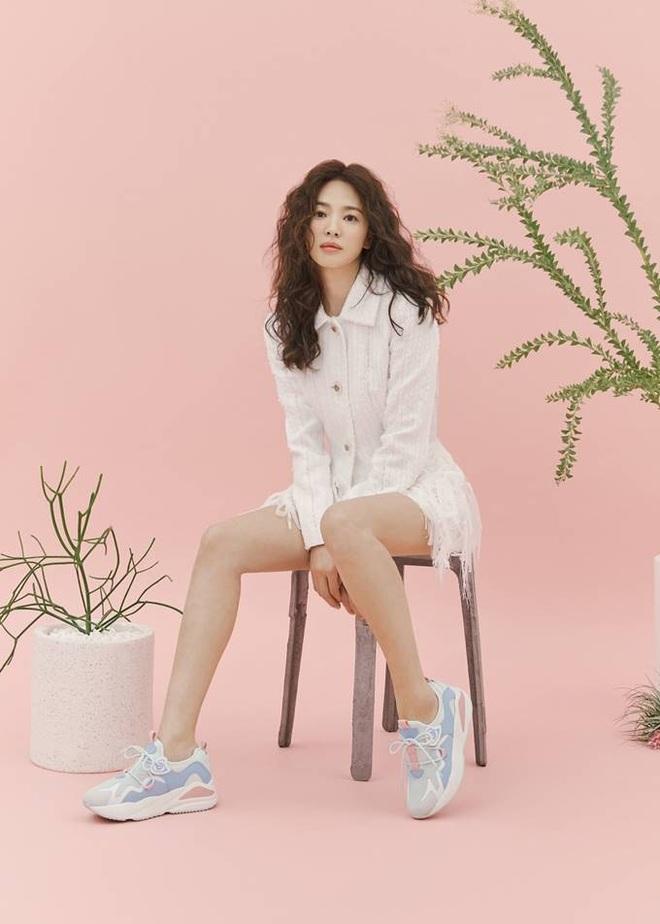 Hậu tin đồn tái hôn với đại gia Hong Kong, Song Hye Kyo tái xuất với mái tóc xoăn đầy khác lạ và cá tính - Ảnh 4.