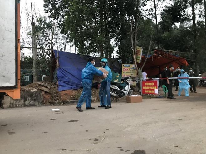 Cuộc họp đột xuất 2 tiếng đồng hồ và chuyến xe đặc biệt chở hàng về tâm dịch Sơn Lôi - Ảnh 9.
