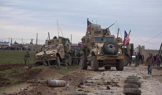 Trực thăng Nga quần thảo trên đầu lính Mỹ ở Syria - Ảnh 1.