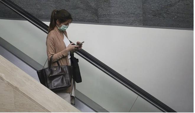 Rửa tay, vệ sinh điện thoại sạch sẽ phòng COVID-19 tốt hơn cả đeo khẩu trang - Ảnh 1.