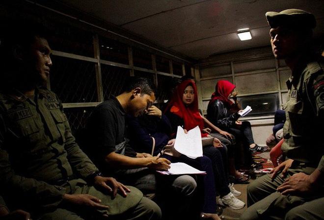 Indonesia: Cảnh sát đột kích khách sạn trong đêm Valentine - ảnh 1