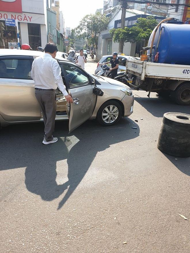 Bị xe máy đâm móp ô tô, vỡ gương, cặp vợ chồng vừa xuống xe đã có hành xử đáng nể - Ảnh 1.