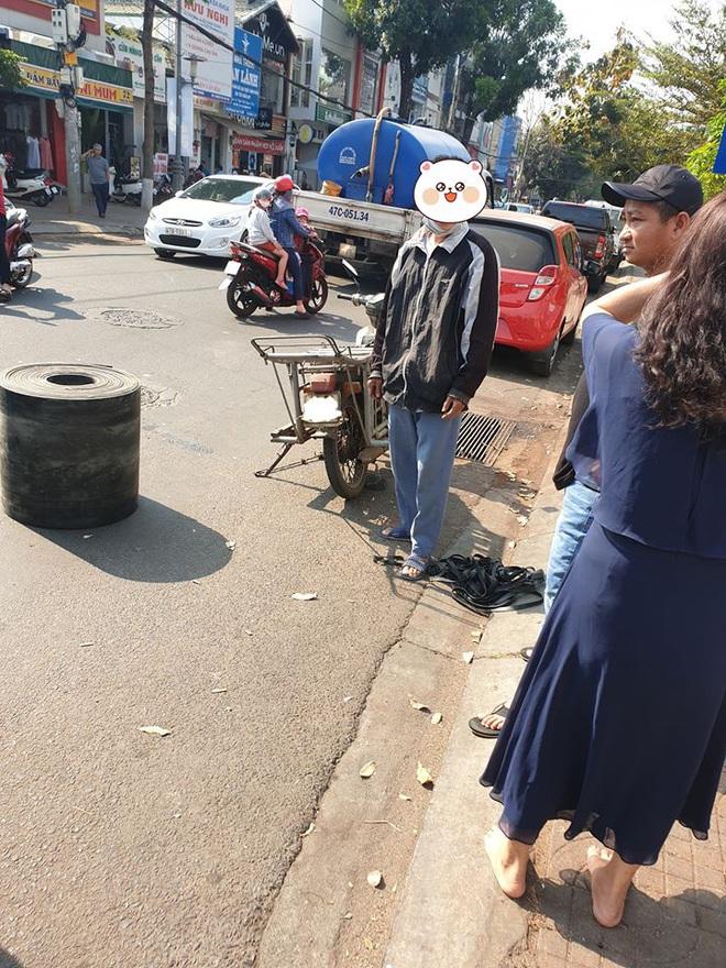 Bị xe máy đâm móp ô tô, vỡ gương, cặp vợ chồng vừa xuống xe đã có hành xử đáng nể - Ảnh 2.