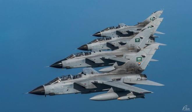 Khoảnh khắc tiêm kích Tornado tối tân của Liên quân Saudi tan xác: Cầu lửa trong mưa đạn - Ảnh 1.