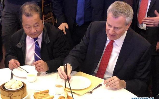 Quan chức Mỹ ăn tối tại phố người Hoa New York để ủng hộ chống dịch Covid-19