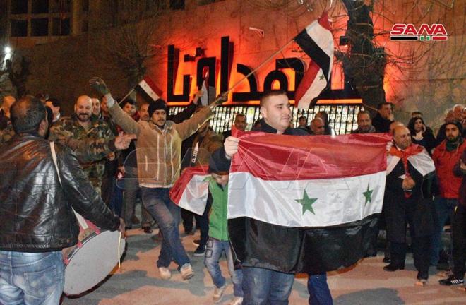 Máy bay Nga oanh tạc dữ dội mở đường, QĐ Syria đại thắng lịch sử ở Aleppo - Xe quân sự Mỹ rầm rập tiến vào Syria - Ảnh 1.
