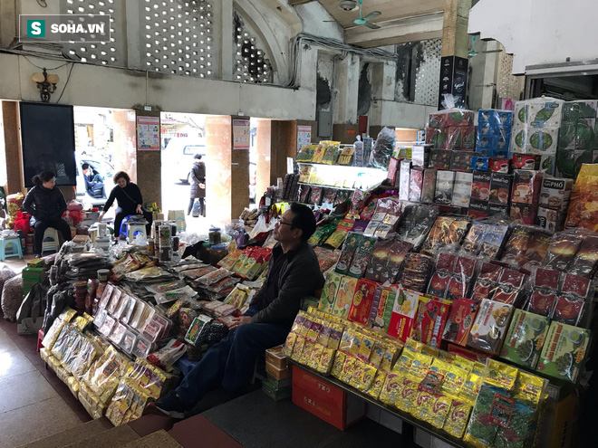 Hàng hóa bán ra giảm 80%, hàng loạt ki-ốt tại chợ Đồng Xuân nghỉ tạm thời vì dịch Covid-19 - Ảnh 9.