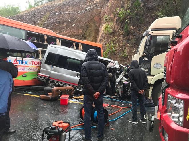 Hiện trường kinh hoàng vụ tai nạn liên hoàn khiến 1 người tử nạn, 5 người bị thương - Ảnh 1.