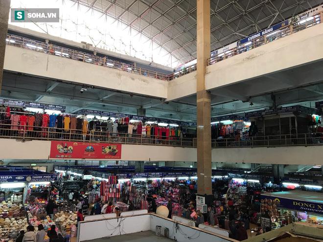 Hàng hóa bán ra giảm 80%, hàng loạt ki-ốt tại chợ Đồng Xuân nghỉ tạm thời vì dịch Covid-19 - Ảnh 1.