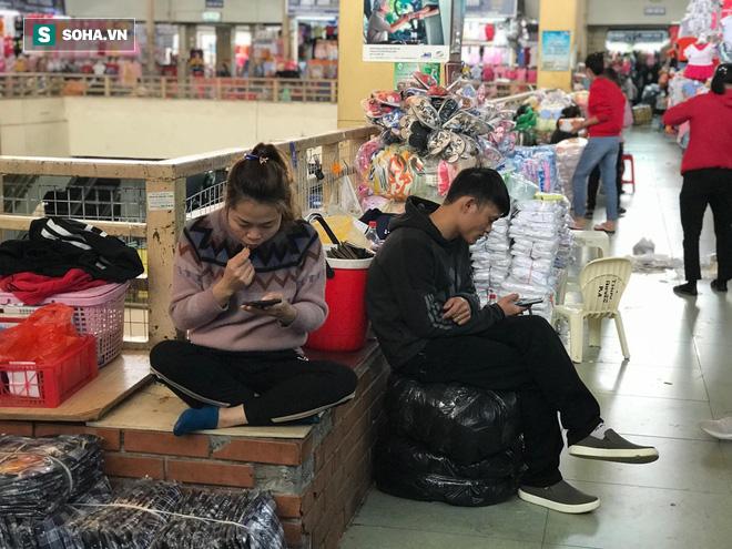 Hàng hóa bán ra giảm 80%, hàng loạt ki-ốt tại chợ Đồng Xuân nghỉ tạm thời vì dịch Covid-19 - Ảnh 6.