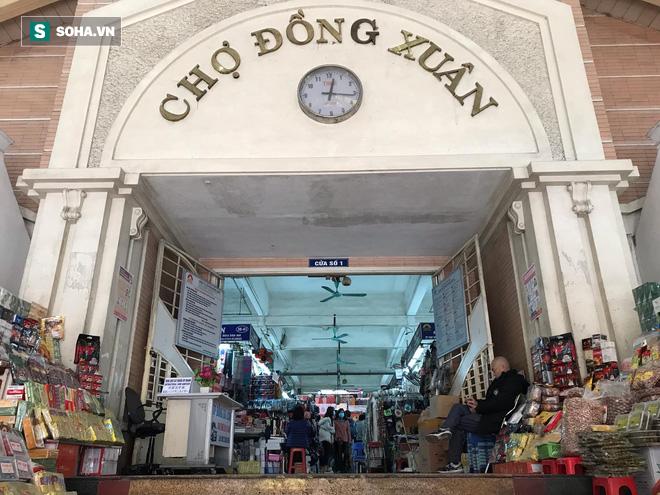 Hàng hóa bán ra giảm 80%, hàng loạt ki-ốt tại chợ Đồng Xuân nghỉ tạm thời vì dịch Covid-19 - Ảnh 3.