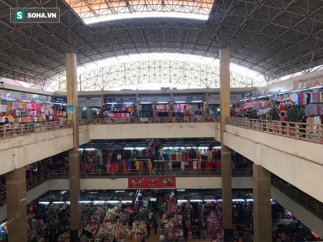 Hàng hóa bán ra giảm 80%, hàng loạt ki-ốt tại chợ Đồng Xuân nghỉ tạm thời vì dịch Covid-19 - Ảnh 7.