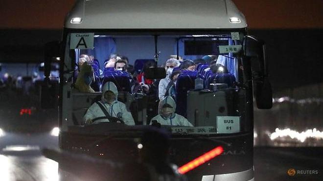 14 người mắc Covid-19 ngồi khoang riêng trên chuyến bay sơ tán về Mỹ - Ảnh 2.
