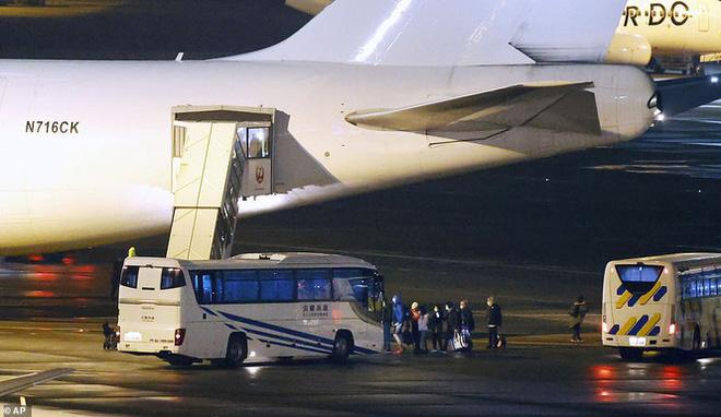 14 người mắc Covid-19 ngồi khoang riêng trên chuyến bay sơ tán về Mỹ - Ảnh 3.