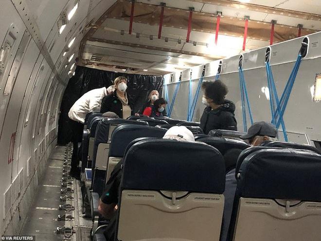 14 người mắc Covid-19 ngồi khoang riêng trên chuyến bay sơ tán về Mỹ - Ảnh 4.