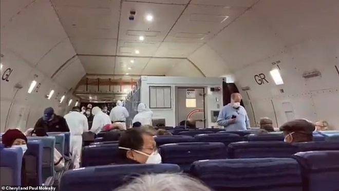 14 người mắc Covid-19 ngồi khoang riêng trên chuyến bay sơ tán về Mỹ - Ảnh 5.