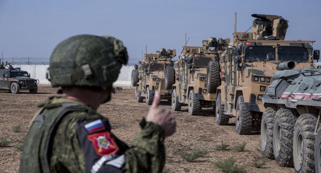 QĐ Syria tiến công thần tốc, Thổ Nhĩ Kỳ cấp tập điều xe tăng, thiết giáp tiếp ứng - TT Assad ra tuyên bố đanh thép - Ảnh 1.